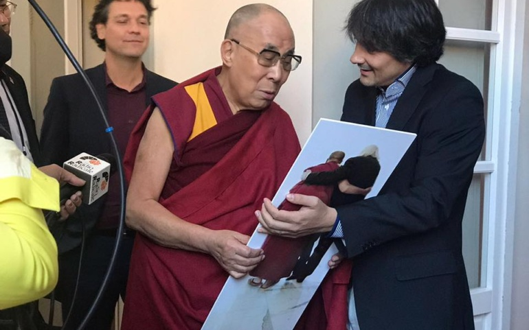 Dalai Lama receives a gift in memory of Marco Pannella